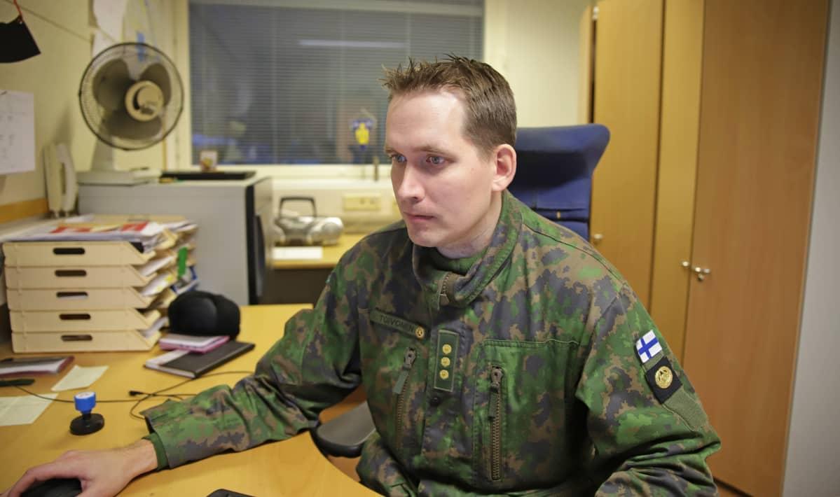 Panssari-ilmatorjuntapatterin päällikkö Jukka Toivonen istuu työhuoneessaan Parolannummella.