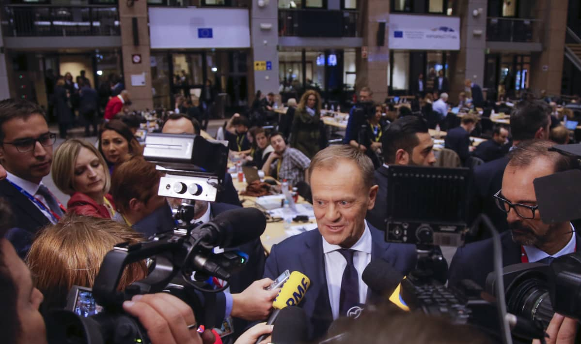 Eurooppa-neuvoston puheenjohtaja Donald Tusk puhui lehdistölle pitkien neuvotteluiden jälkeen varhain torstaiaamuna.