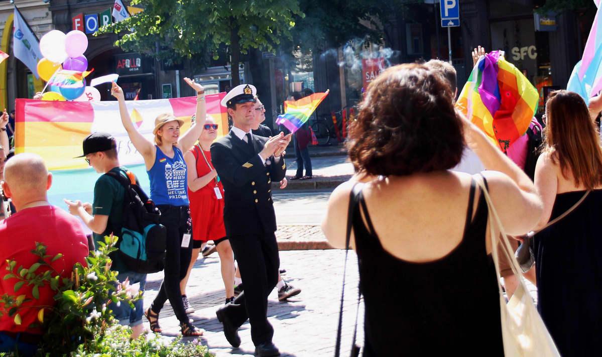 Ylikersantti Juho Pylvänäinen Pride-kulkueessa Helsingissä.