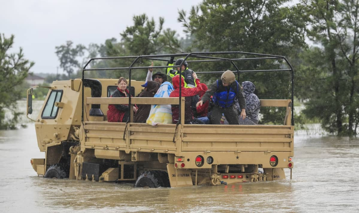 Texasin kansalliskaarti pelastaa veden varaan joutuneita ihmisiä.