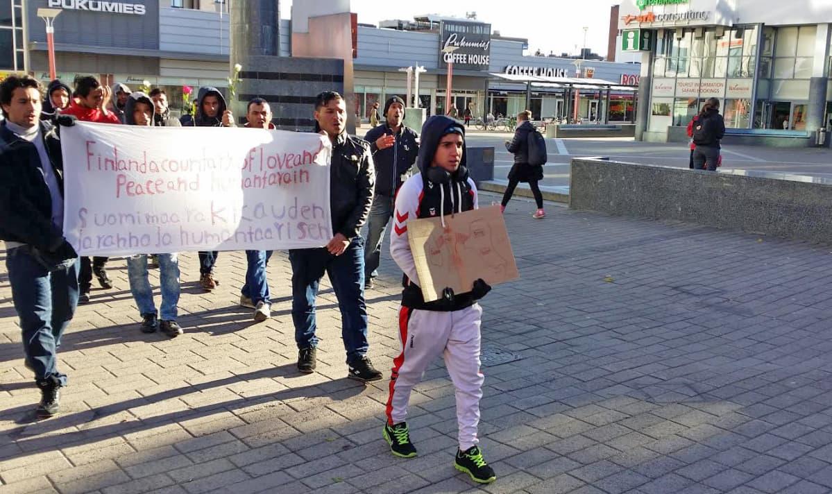 Turvapaikanhakijoiden marssi Rovaniemellä 5.10.2015.