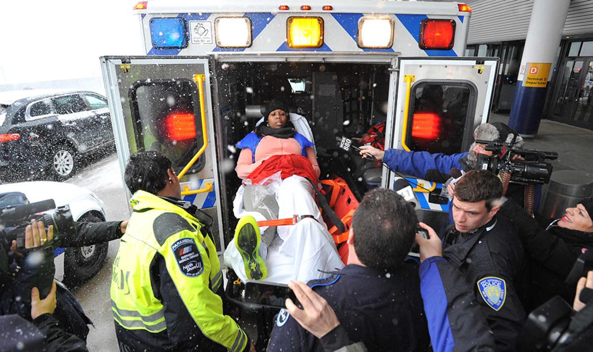 Loukkaantunut nainen siirretään sairaalaan.