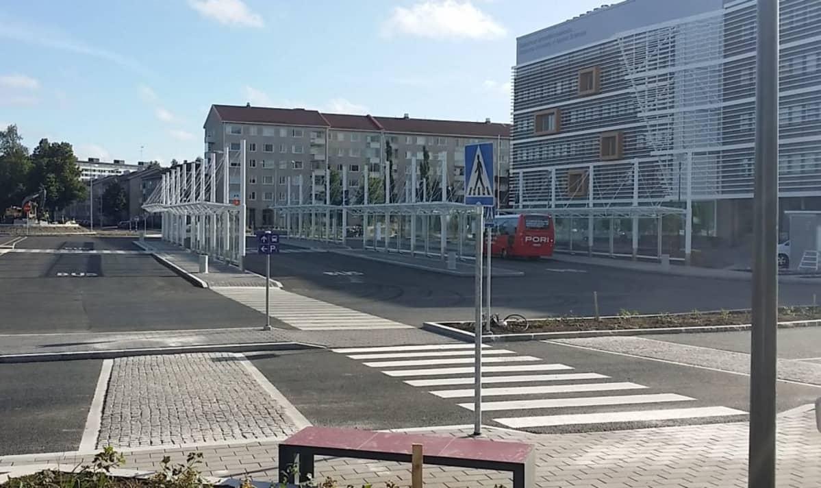 Porin uusi matkakeskus Asema-aukiolla, vieressä SAMKin kampus, Porin citylinja pysäkillä