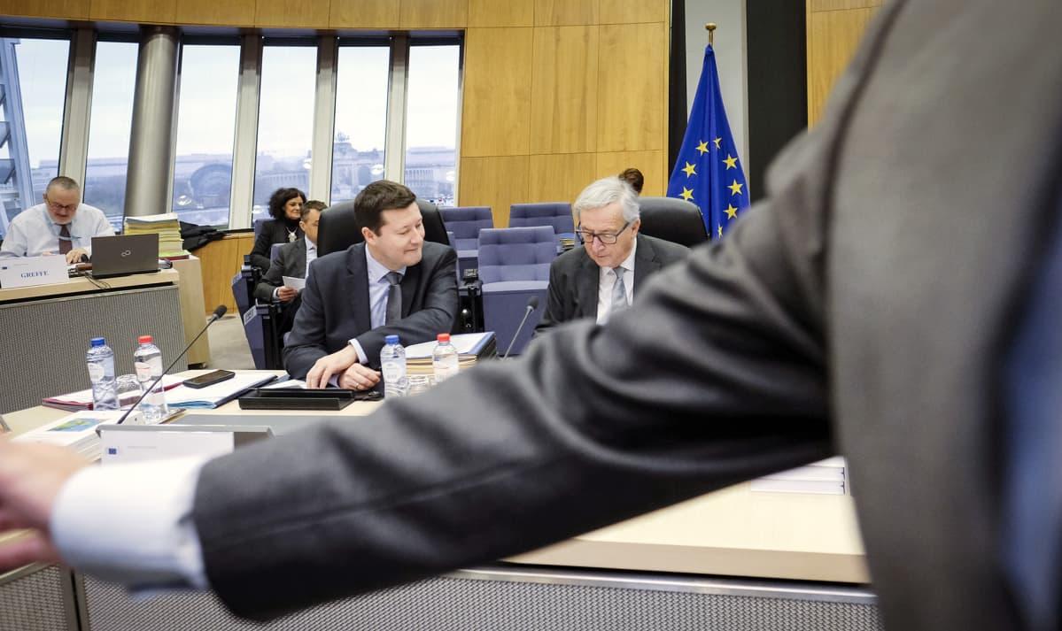 Komission pääsihteeri Martin Selmayr (vas.) ja puheenjohtaja Jean-Claude Juncker (oik.) komission kollegion kokouksessa Brysselissä