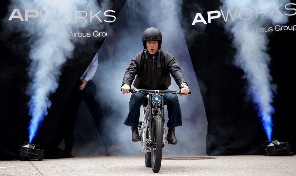 Airbusin toimitusjohtaja Tom Enders 3d-printatun moottoripyörän selässä.