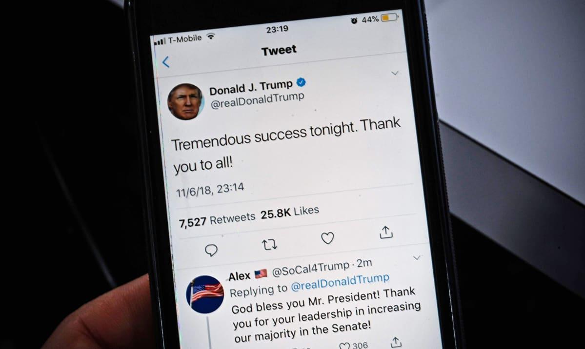 Trumpin twiitti kännykän ruudulla.