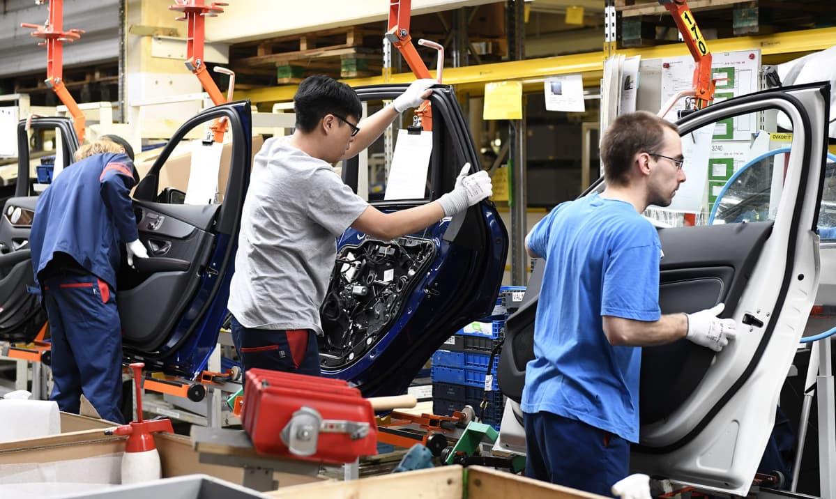 Työntekijöitä Uudenkaupungin autotehtaalla.