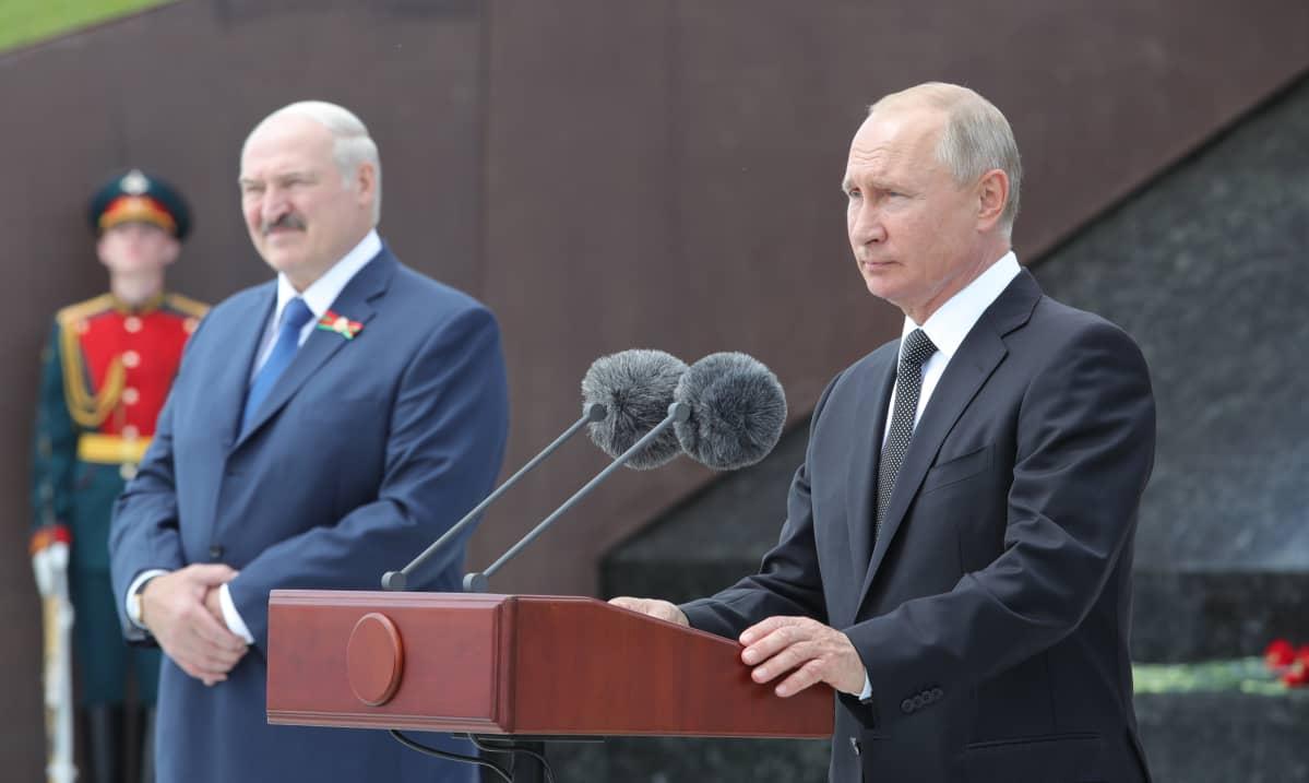 Valko-Venäjän Aljaksandr Lukašenka (vas.) ja Venäjän Vladimir Putin kuvattuna uuden neuvostomuistomerkin julkistamistilaisuudessa Venäjällä kesäkuussa.