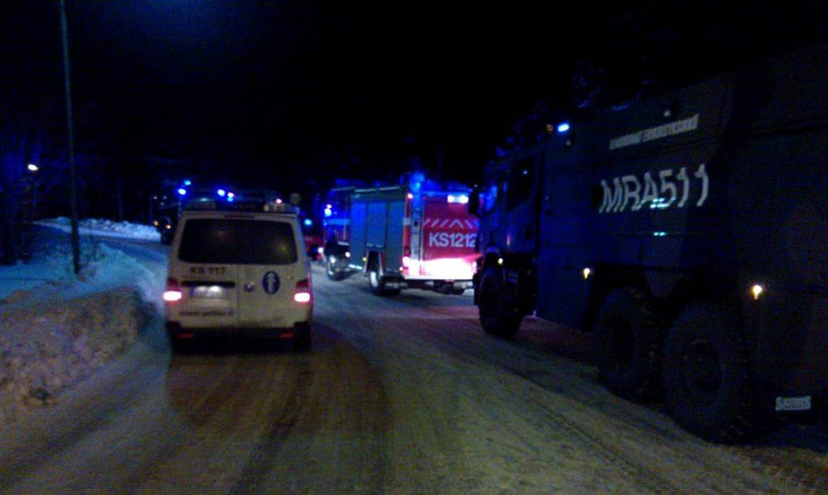 Poliisi- ja paloautoja tiellä.