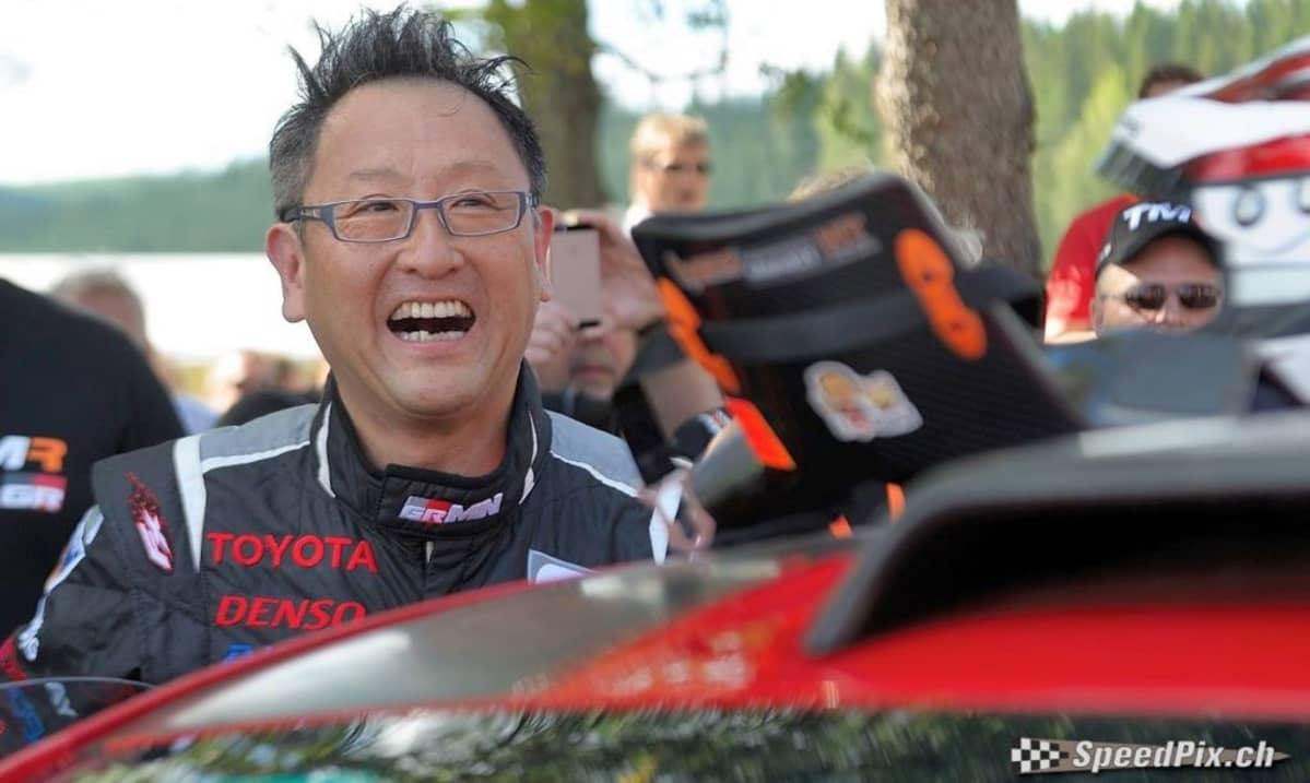 Akio Toyoda silminnähden nautti Tommin Ouninpohjakyydistä 2014.