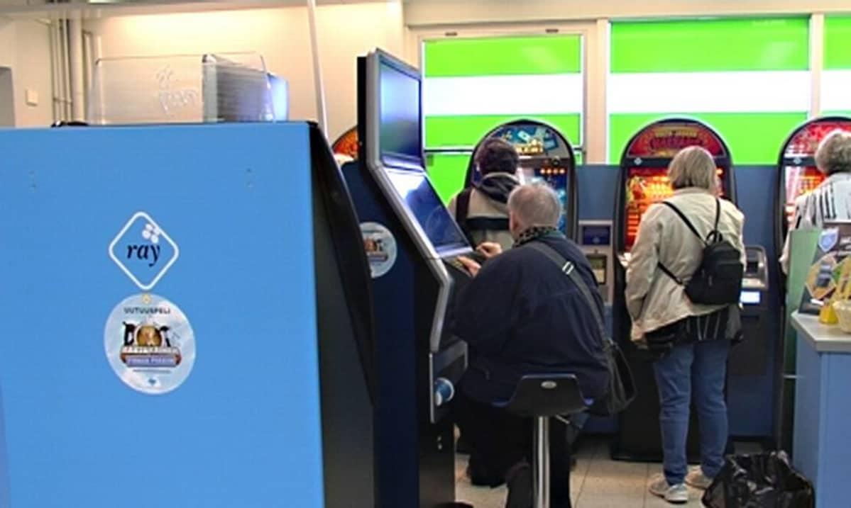 Rahapelien pelaajia pelisalissa
