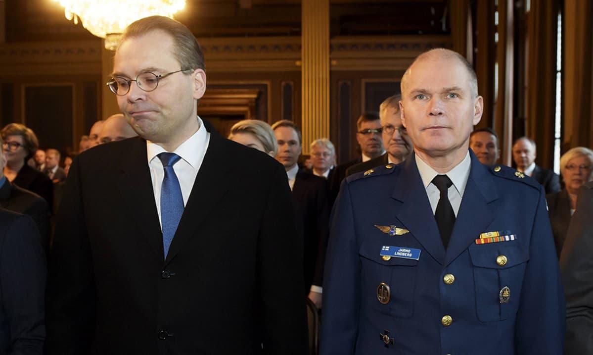 Puolustusministeri Jussi Niinistö (vas) ja puolustusvoimain komentaja kenraali Jarmo Lindberg.