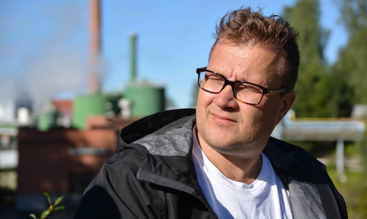 Mika Jämsä istuu Kyron paperitehtaan edustalla