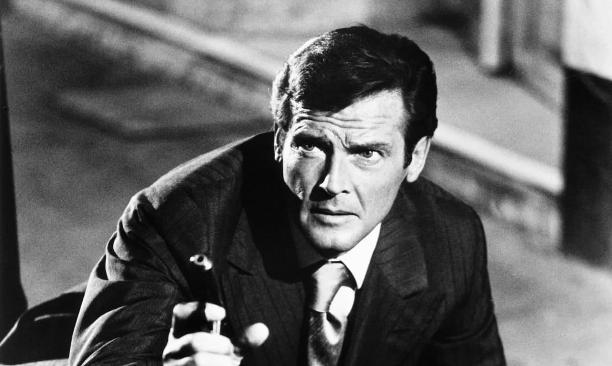Roger Moore James Bondina elokuvassa 007 ja kultainen ase.