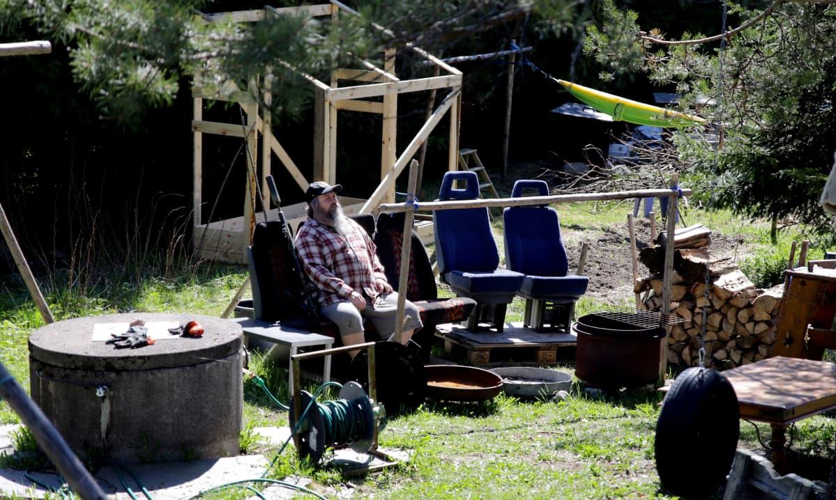 Miika Vanhapiha istuu kotipihansa kesäkeittiössä Forssassa.