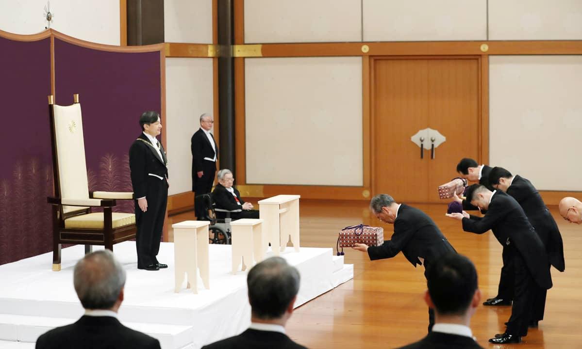 Naruhito kruunataan keisariksi Tokion keisarillisessa palatsissa.