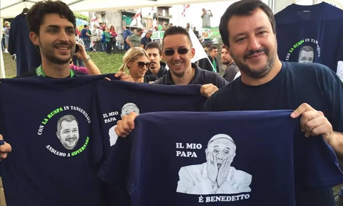 Matteo Salvini pitelee t-paitaa, jossa Paavin kuva.