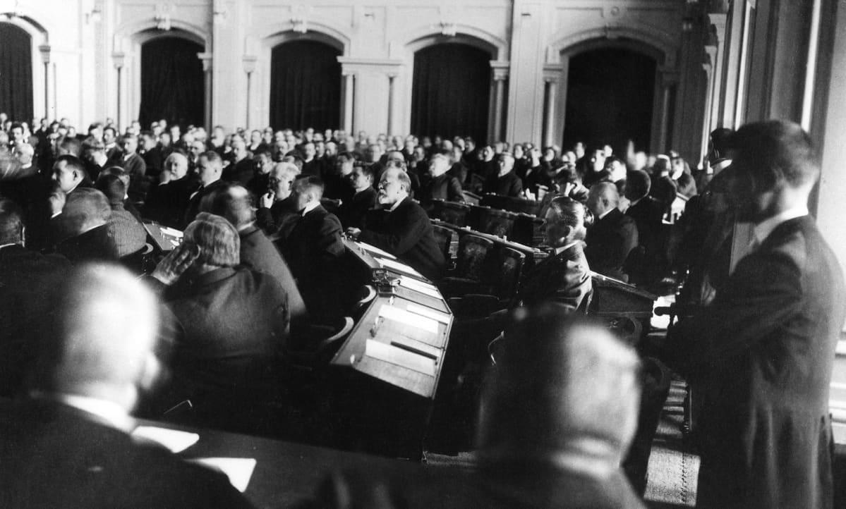 Ensimmäisten yksikamaristen valtiopäivien avajaisistunto 25.5.1907.