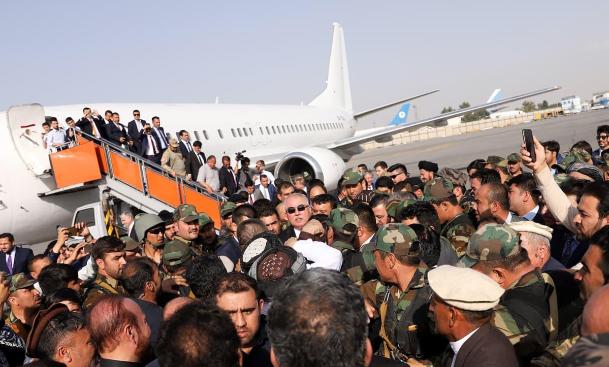 Kiistelty varapresidentti Abdul Rashid Dostum palasi Afganistaniin maanpaosta.
