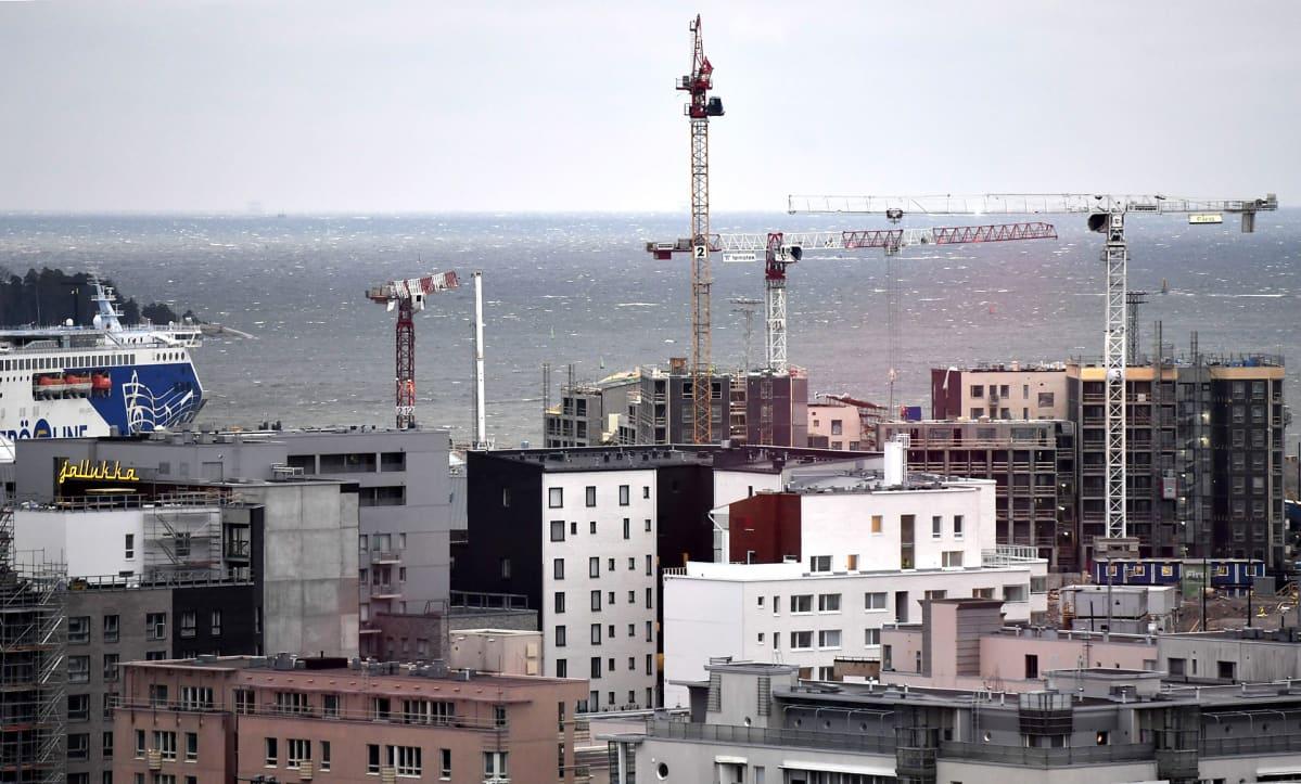 Rakenteilla olevia kerrostaloja ja nostokurkia Jätkäsaaressa