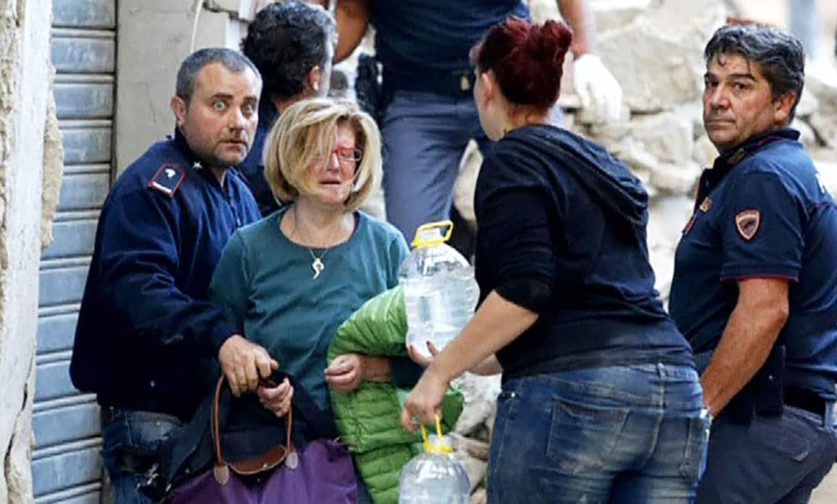 Pelastustyöntekijät auttoivat maanjäristyksen uhreja Amatricessa keskiviikkona.