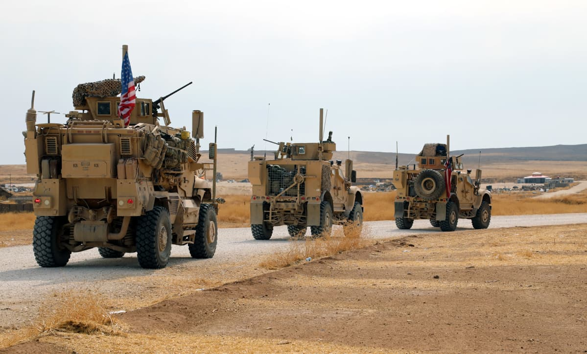 En  amerikansk konvoj med ett hundratal fordon körde på måndagen över gränsen  från nordöstra Syrien till nordvästra Irak