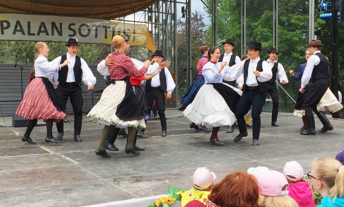 Unkarilainen kansantanssiryhmä esiintyy Laikunlavalla Tampereella