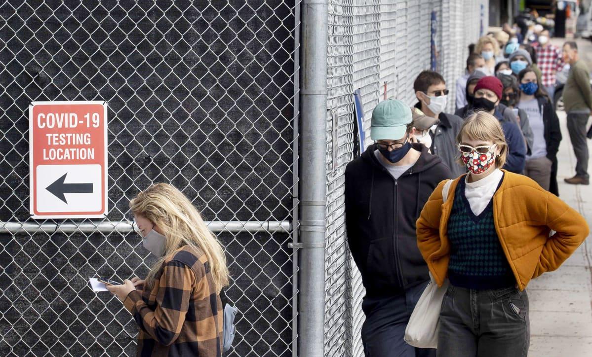 Ihmiset jonottavat koronavirustestiin New Yorkissa.