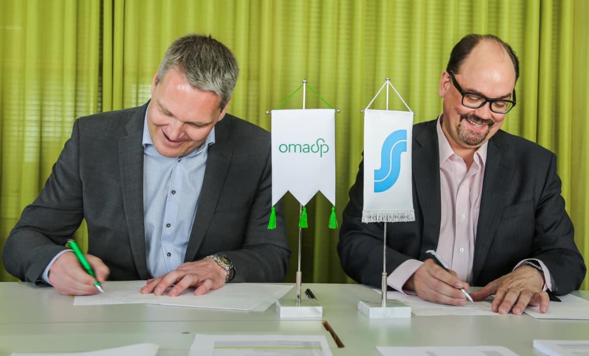 Toimitusjohtaja Pasi Sydänlammi Oma Säästöpankista ja Pekka Ylihurula S-Pankista allekirjoittivat kauppakirjat Helsingissä.