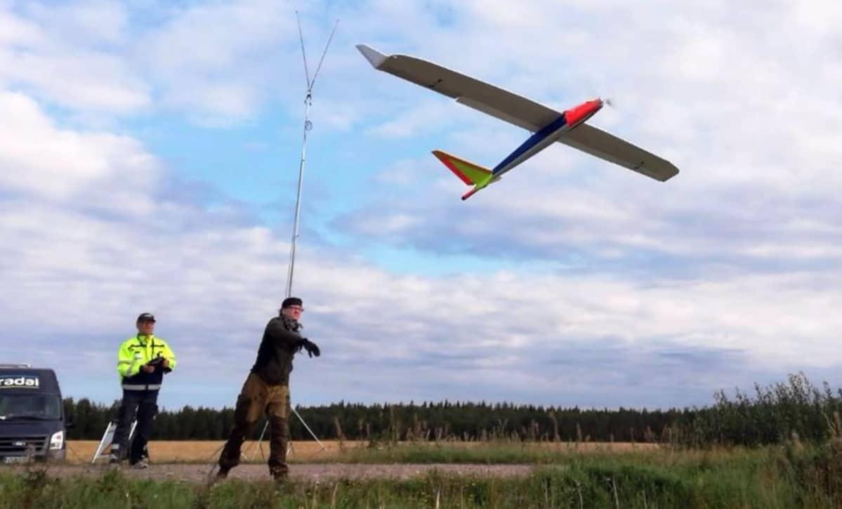 Jari Kesälahti throws and Timo Åman pilots Radai's Albatros VT3 UAV into flight