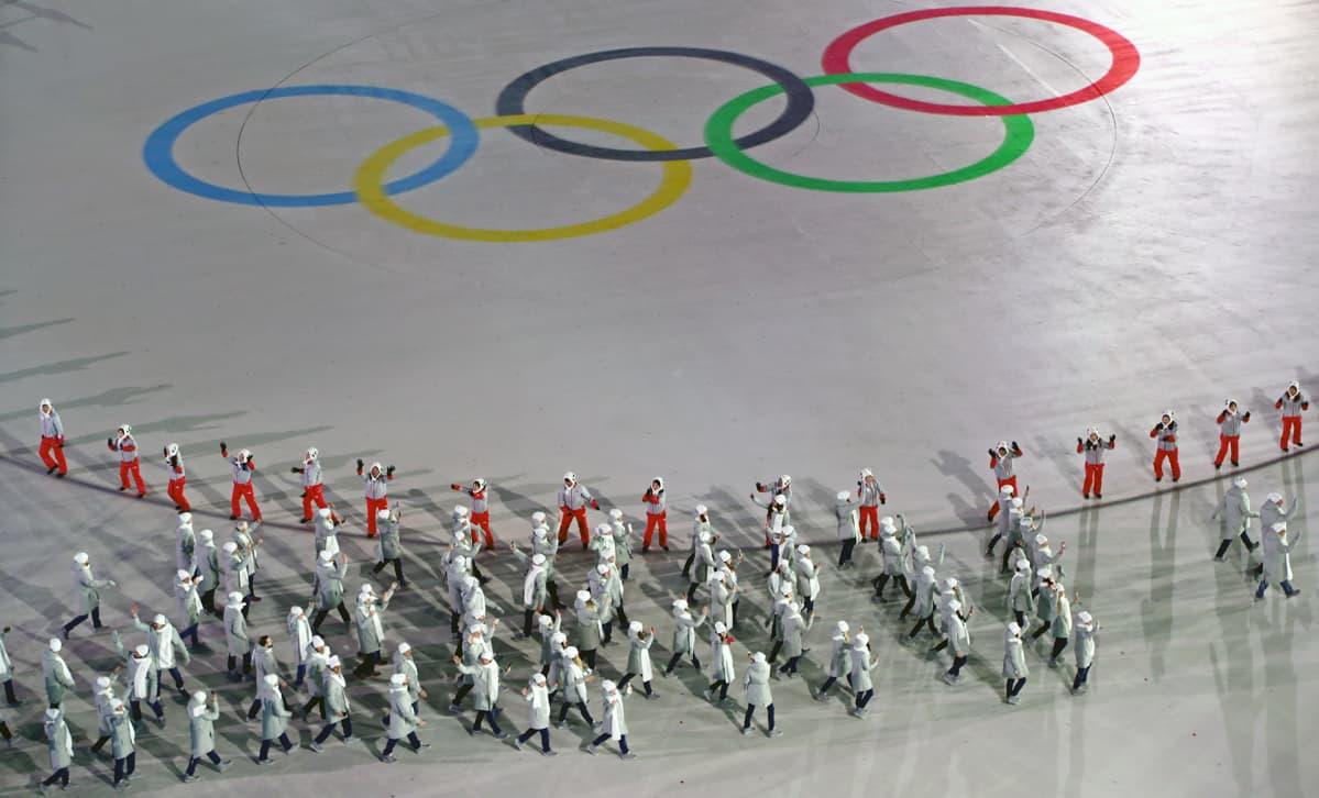 Venäläiset urheilijat marrssivat Pyeongchangin talviolympialaisten avajaisjuhlissa.