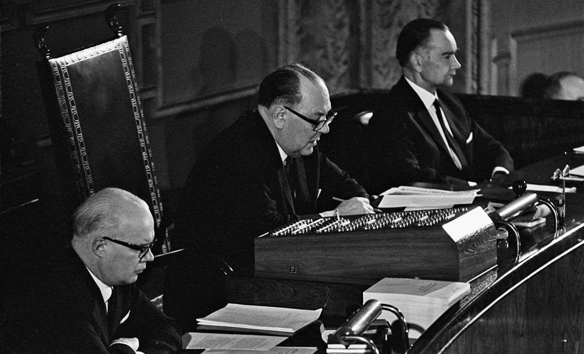 Eduskunnan sihteeri Olavi Salervo ja puhemies Karl-August Fagerholm eduskunnan istunnossa 1960-luvulla.