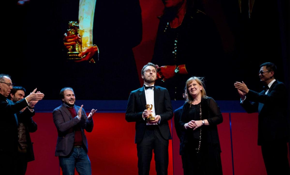 Elokuvaohjaaja Calin Peter Netzer (kesk.) ja tuottaja Ada Solomon ottivat vastaan parhaan elokuvan palkinnon Berliinin elokuvajuhlilla 16. helmikuuta.