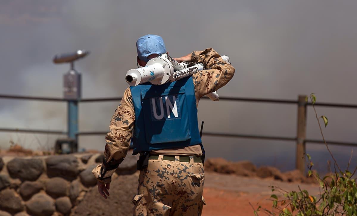 YK:n rauhanturvaaja kantaa laitteistoa oikealla olallaan lähellä Quneitraa 27. elokuuta. Quneitra on ainut virallinen rajanylityspaikka Israelin ja Syyrian välillä.