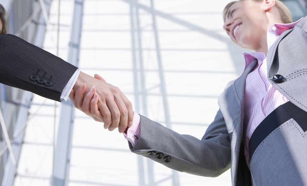nainen ja mies kättelee
