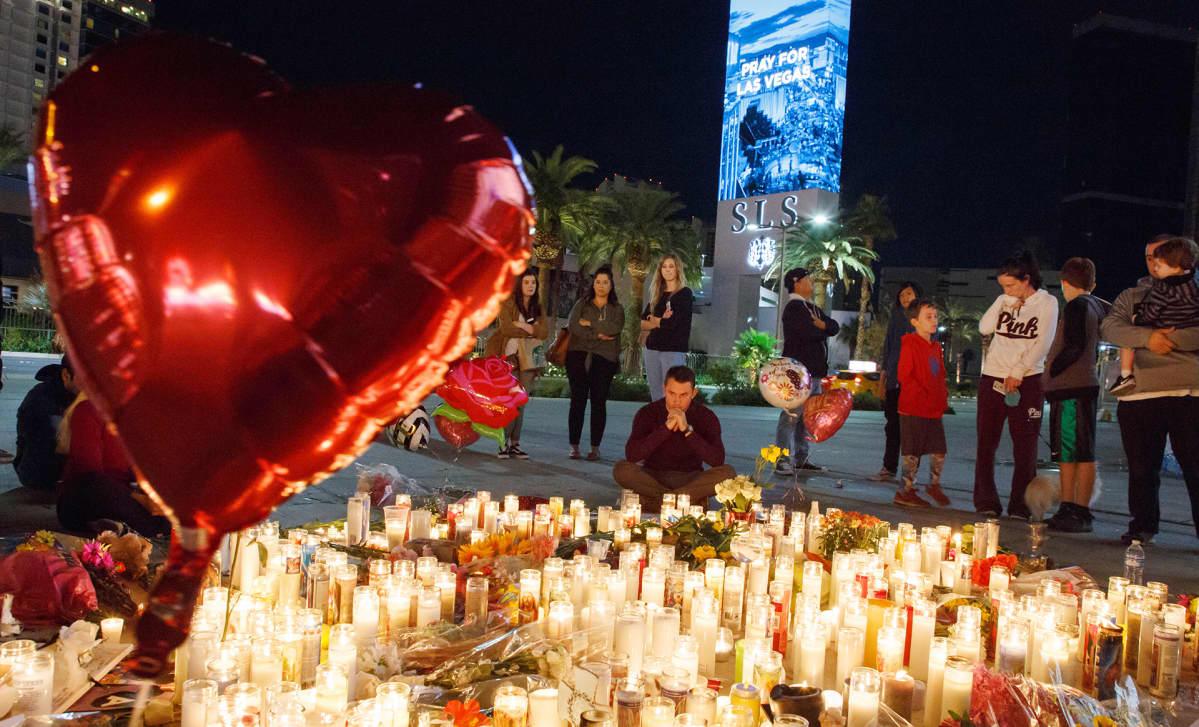 Ihmiset toivat kynttilöitä joukkoampumisessa kuolleiden muistolle Las Vegasissa 2. lokakuuta.