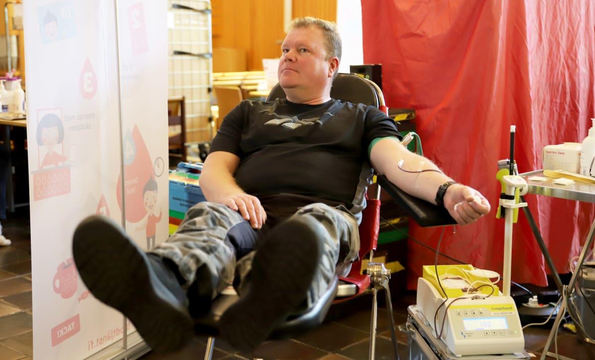 Tero Kuusela luovuttaa verta