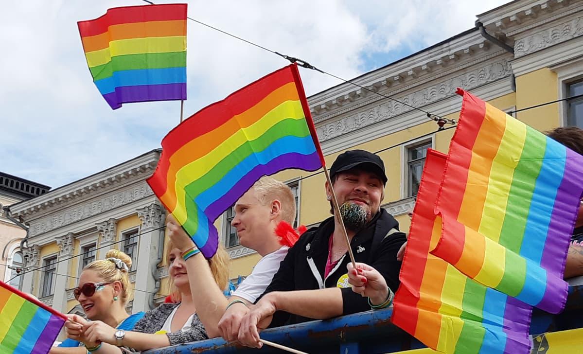 Pride-kulkueen osallistujia.