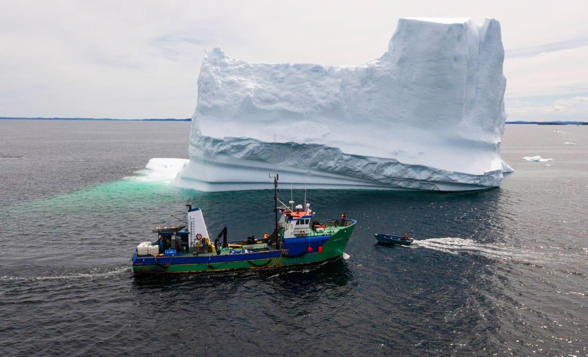 Vene jäävuoren vieressä.