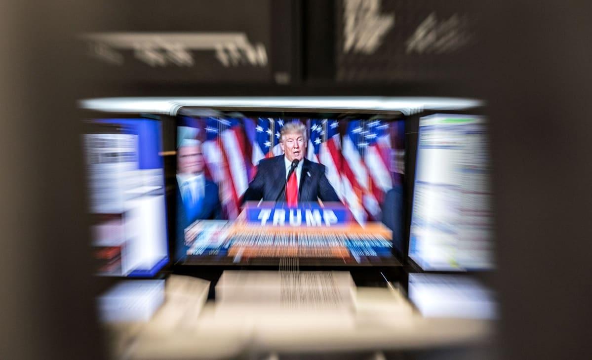 Fankfurtin pörssissä seurtaan Donald Trumpin puhetta.