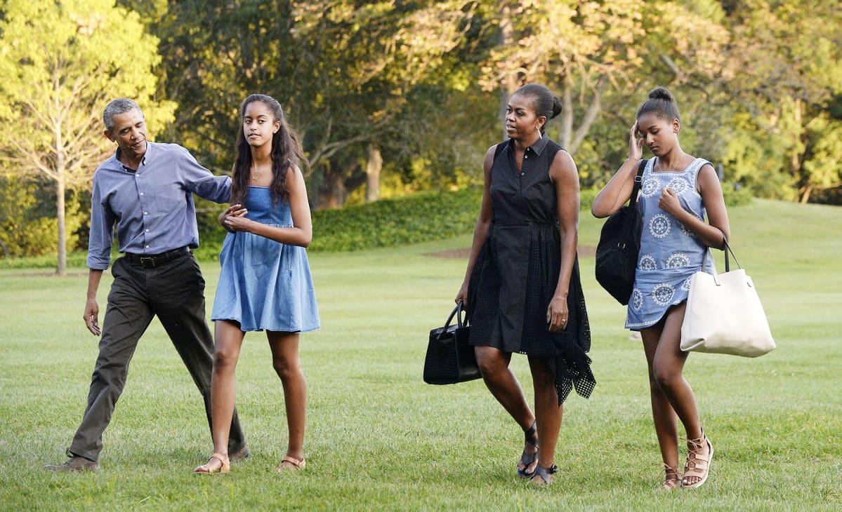 Barack Obama perheensä kanssa valkoisen talon pihalla.