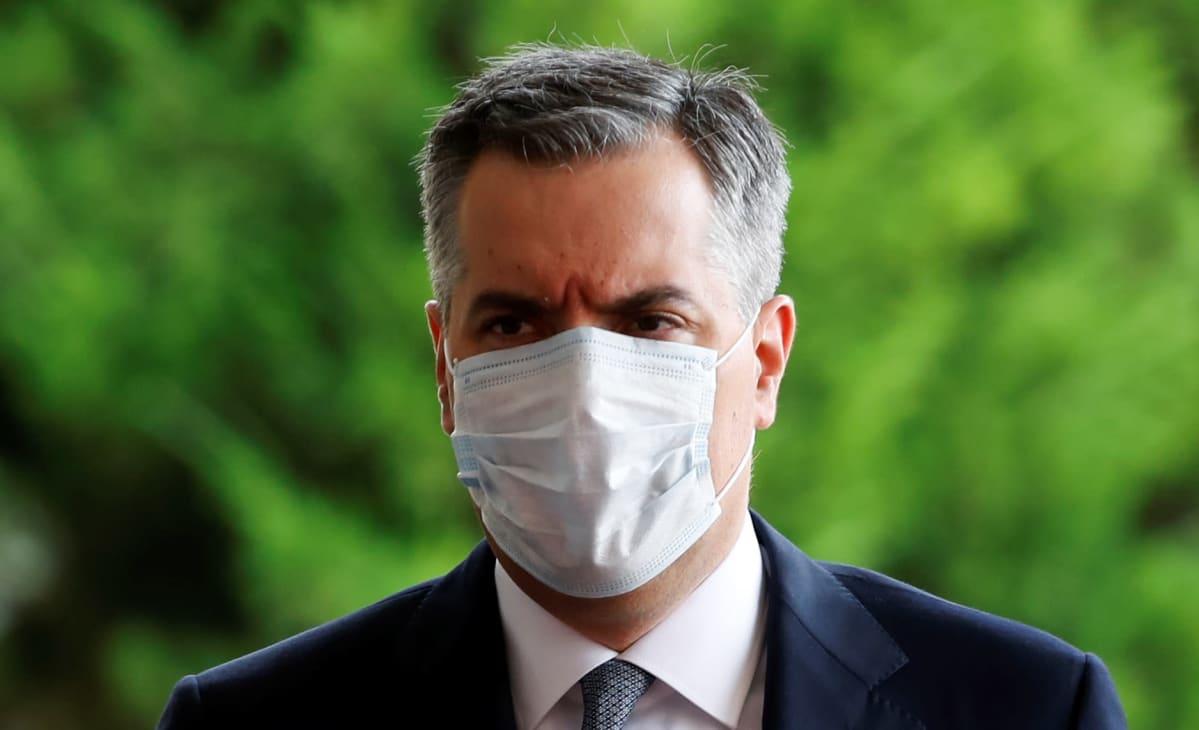 Adib maski kasvoillaan.