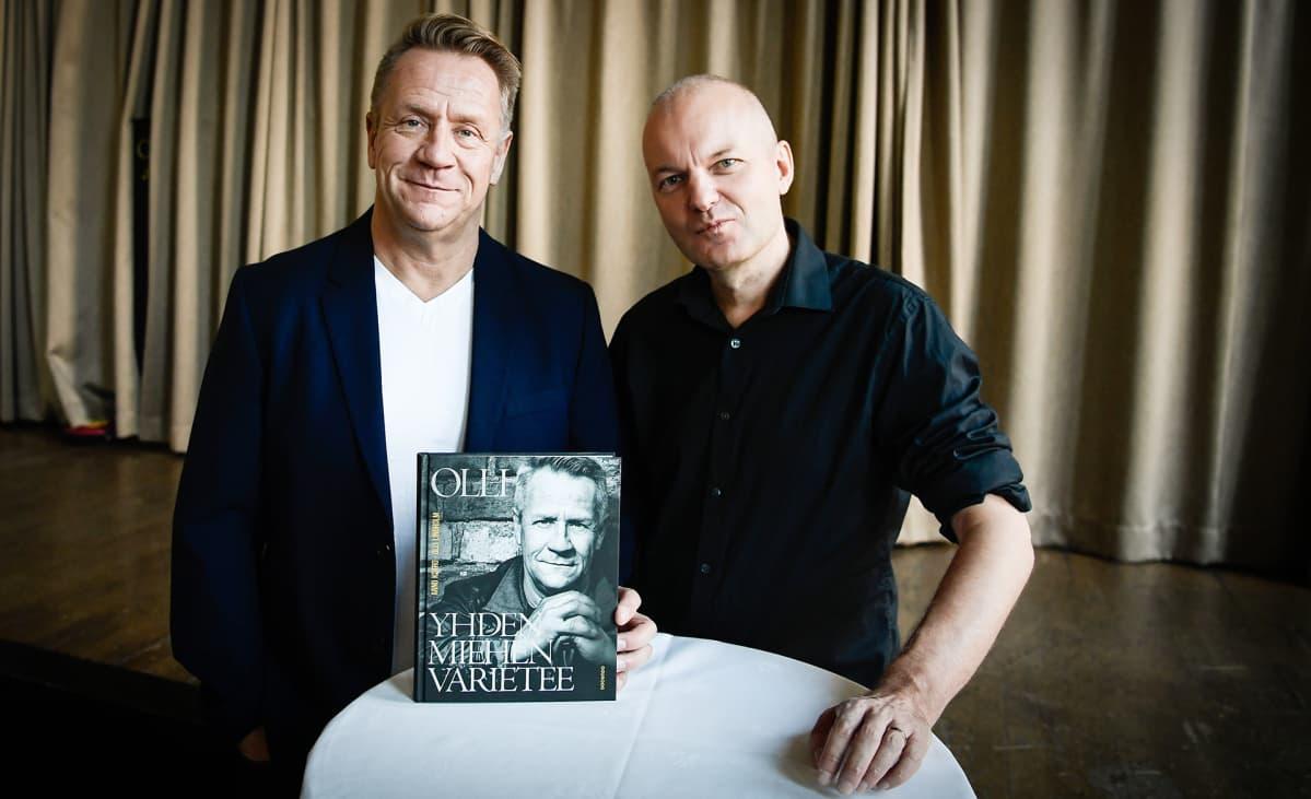 Olli Lindholmista kertovan Yhden miehen varietee -kirjan julkaisutilaisuus 19. lokakuuta 2017. Olli Lindholm ja Arno Kotro.