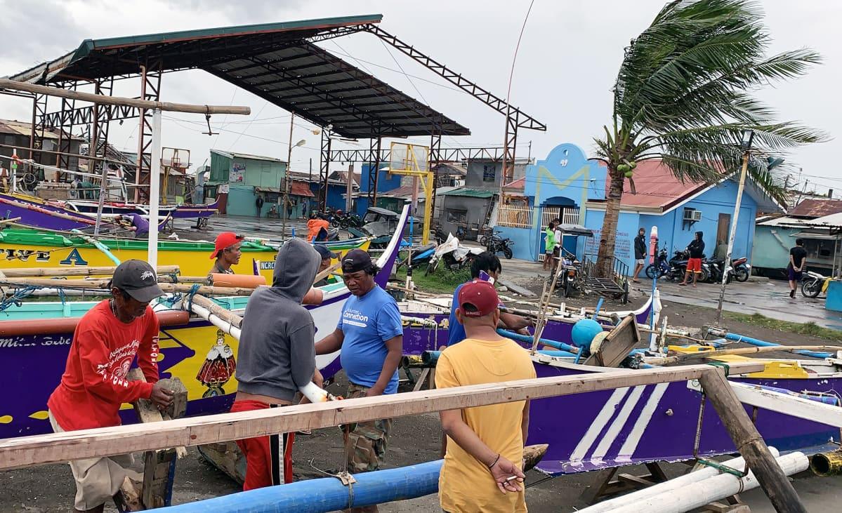 Kalastajat suojasivat veneitään taifuuni Kammurin vuoksi Caviten kaupungissa Filippiineillä 3. marraskuuta.