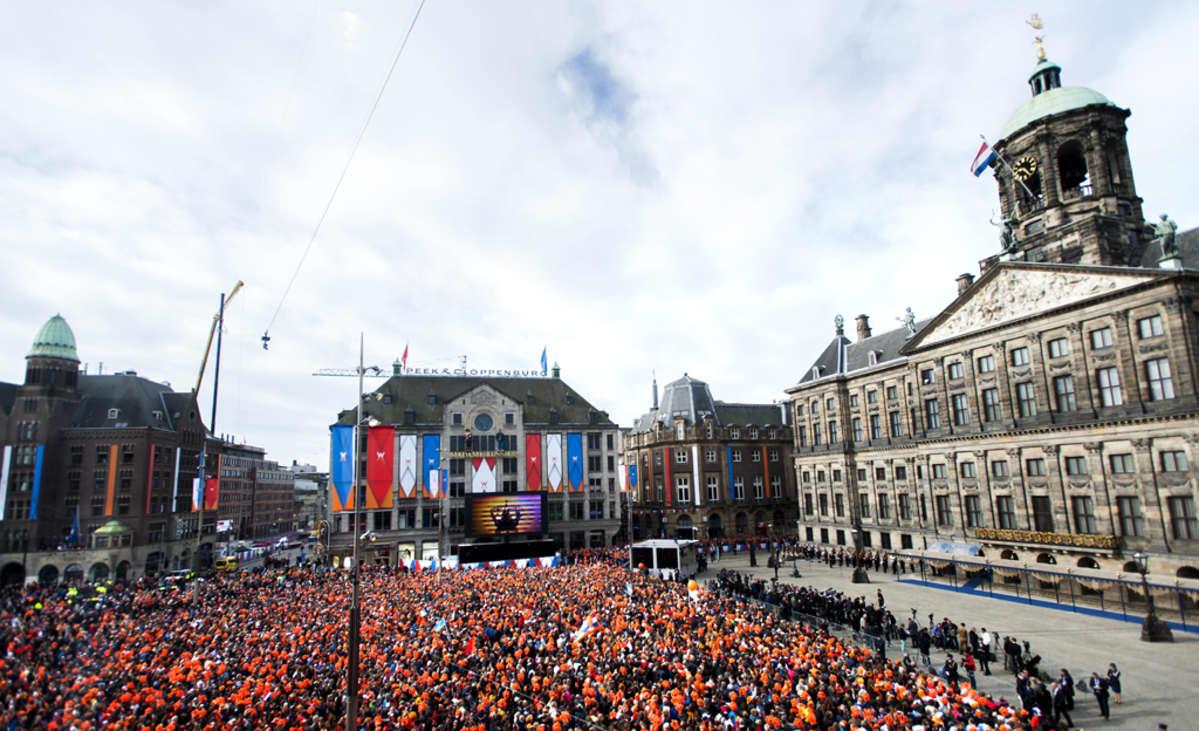 Vallanvaihtoa seuraamaan saapuneita hollantilaisia kuninkaanlinnan edustalla.