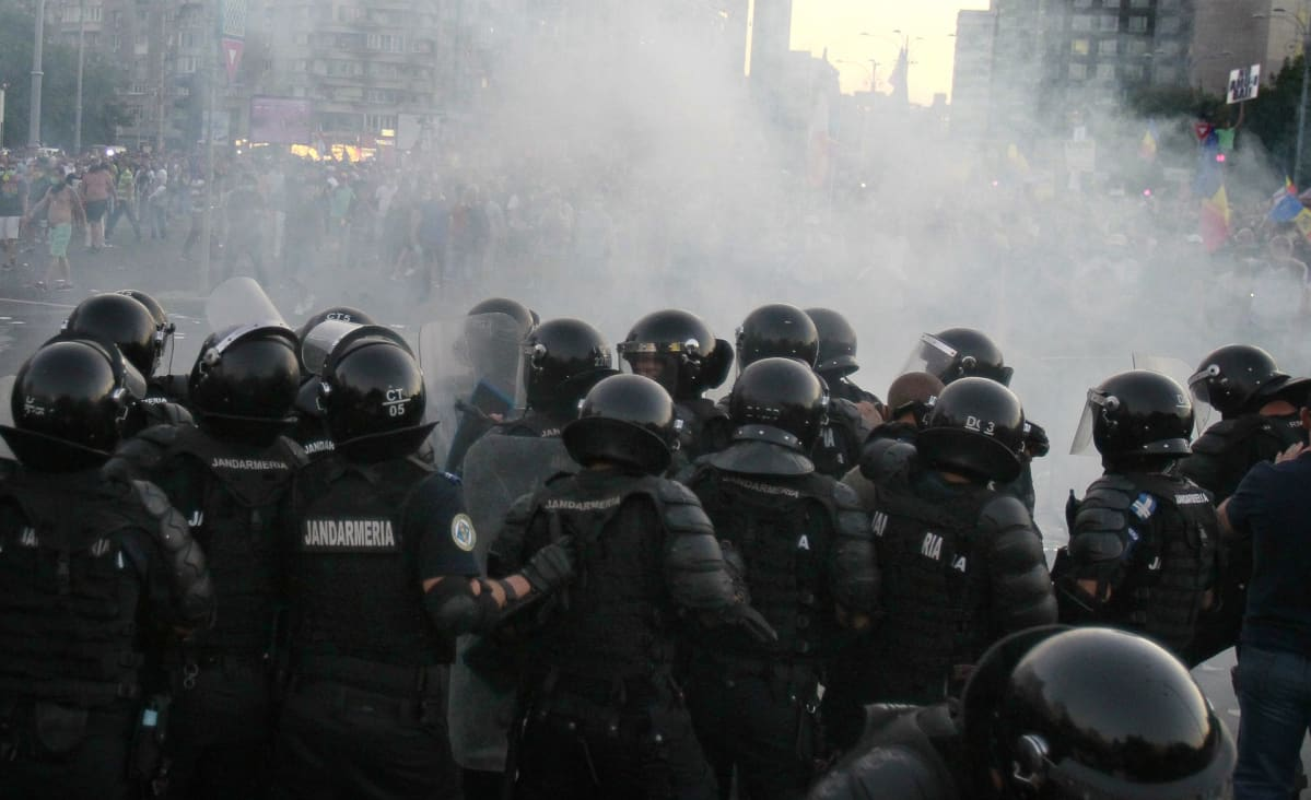 Poliisi käytti kyynelkaasua mielenosoitusten hajottamiseksi Bukarestissa.
