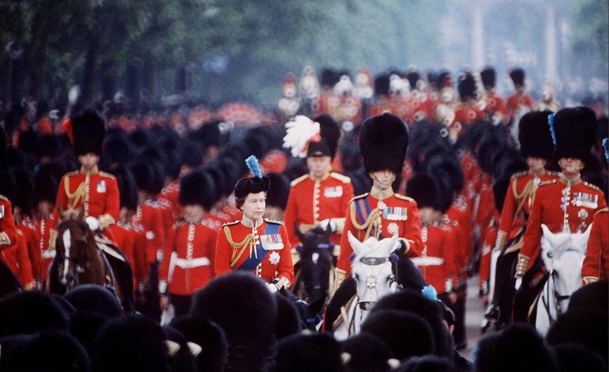 Kuningatar Elisabet ratsastaa ympärillään sotilaita.