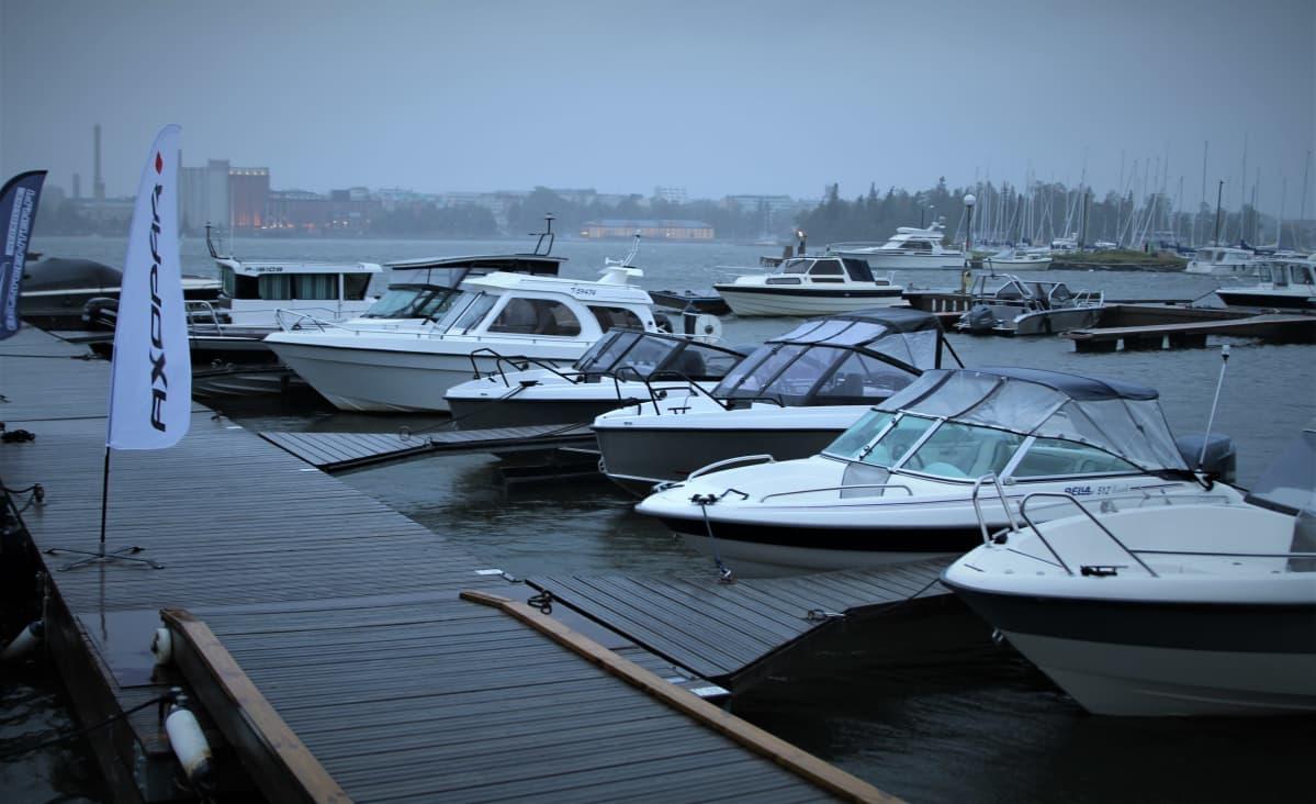 Veneitä Aila-myrskyn armoilla
