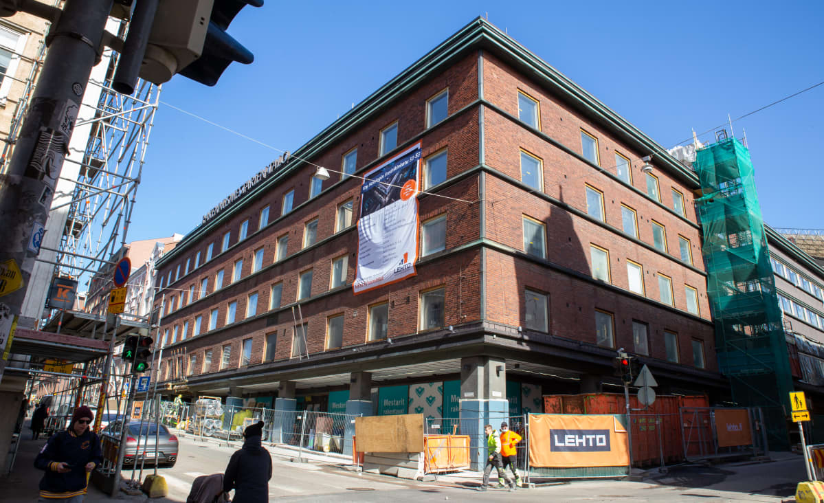 Rakennusmestarien talo sijaitsee Fredrikinkadun ja Eerikinkadun kulmauksessa.