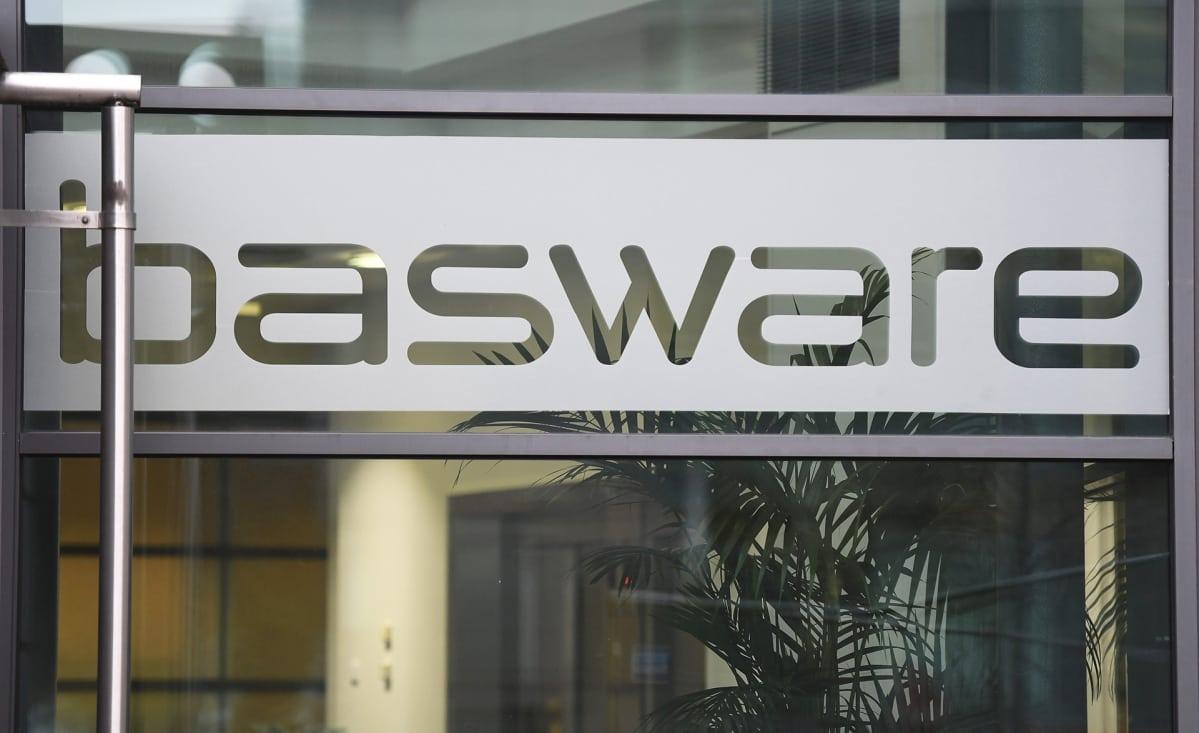 Ohjelmistoyhtiö Baswaren logo ovessa.